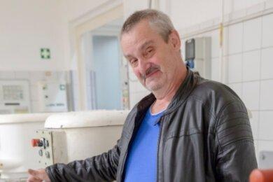 Fürs Foto noch ein letzter Rundgang zu den einstigen Arbeitsplätzen wie der Schlagmaschine: Bäcker Udo Freier aus Cunersdorf hat sich nach 46 Arbeitsjahren von den Annaberger Backwaren verabschiedet.