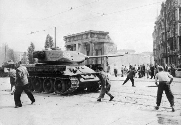 Demonstranten werfen am 17. Juni 1953 in Berlin mit Steinen nach sowjetischen Panzern. Nach Streiks in Ost-Berlin kam es zum Volksaufstand, der von sowjetischen Truppen niedergeschlagen wurde.