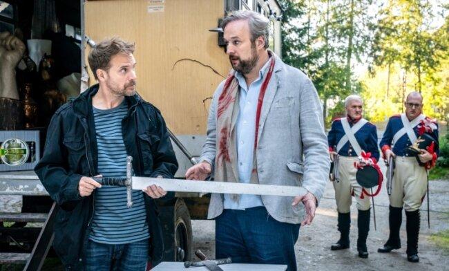 Filmszene mit Janek Rieke und Stephan Grossmann (v. l.) - im Hintergrund steckt Robby Schubert (r.) in der Uniform.