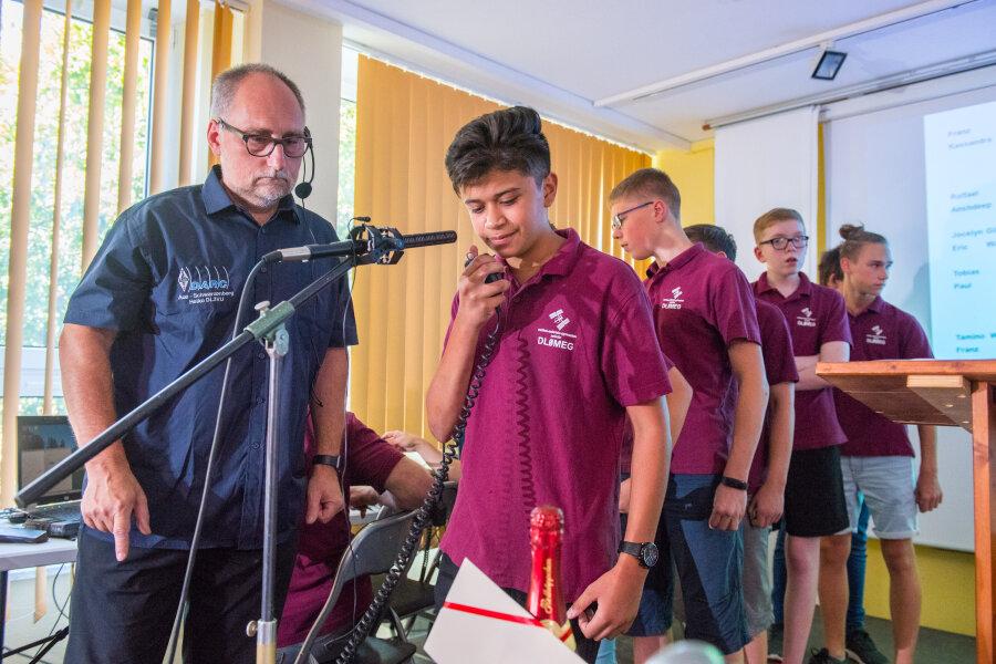 Amateurfunker Heiko Meier betreute die Schülergruppe am Gymnasium.