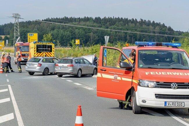 Die Feuerwehr sperrte den Unfallort ab. Zudem mussten auslaufende Flüssigkeiten aufgenommen werden.