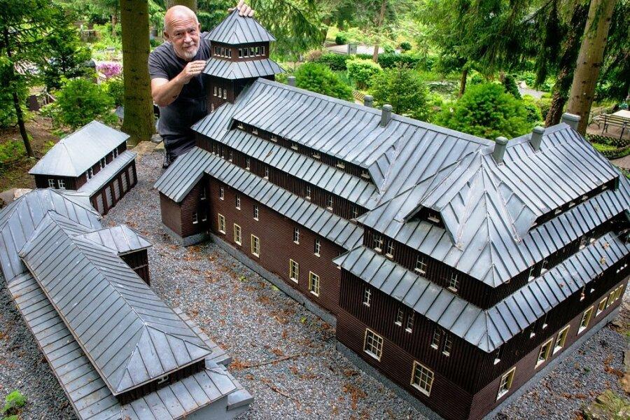 Die Vereinsmitglieder um Horst Drichelt (im Bild) haben auch dem Modell der Fichtelbergbauten eine Kur spendiert. Fast alle der 240 Häusel im Klein-Erzgebirge bekamen zum Neustart eine Aufarbeitung.