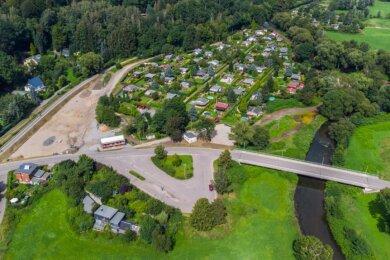 Der Biergarten in Wittgensdorf soll auf dem Grundstück ganz links entstehen. Links daneben befindet sich der Chemnitztalradweg. Am rechten Bildrand fließt die Chemnitz, die Brücke gilt als Schwachstelle bei einem 100-jährigen Hochwasser.