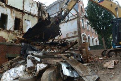 Das Gebäude Louis-Müller-Straße 4 ist inzwischen zum größten Teil verschwunden. Der Straßenabschnitt ist noch bis 5. September voll gesperrt, die Arbeiten sollen bis Anfang Dezember dauern.
