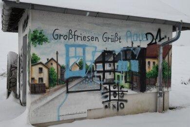 Graffiti-Künstler André Wolf hatte die Pumpenstation in Großfriesen 2017 anlässlich des Ortsjubiläums gestaltet. Unbekannte schmierten nun drüber.