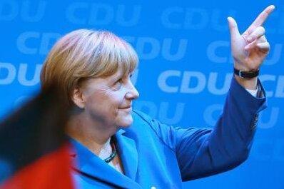 Bundeskanzlerin Merkel freut sich in der Parteizentrale über den Jubel ihrer Parteifreunde.