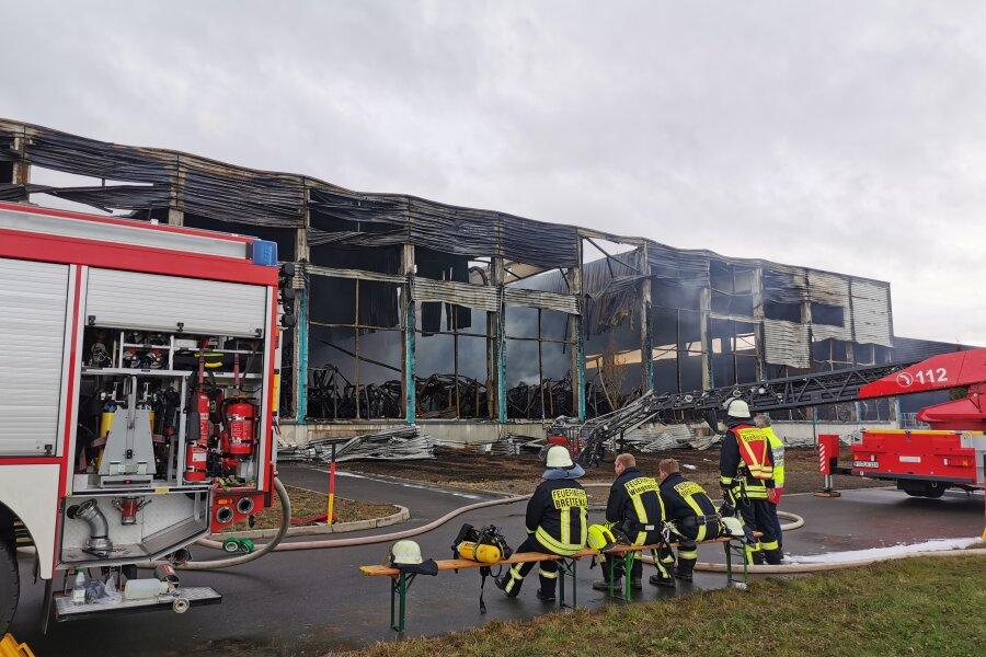 Großbrand in Oederan: Feuerwehr muss immer wieder Glutnester löschen
