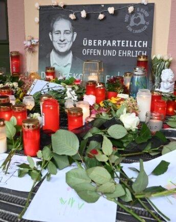 Zum Gedenken an den verstorbenen Limbach-Oberfrohnaer Oberbürgermeister Jesko Vogel liegt ein Kondolenzbuch im Rathaus.