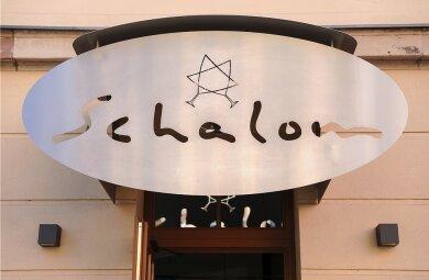 """Das jüdische Restaurant """"Schalom"""" in Chemnitz. Im August 2018 wurde es wenige Stunden nach einer von Rechtsextremisten veranstalteten Kundgebung angegriffen, der Inhaber durch einen Steinwurf verletzt. Foto: Jan Woitas/picture alliance/dpa"""