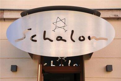 """Das jüdische Restaurant """"Schalom"""" in Chemnitz. Im August 2018 wurde es wenige Stunden nach einer von Rechtsextremisten veranstalteten Kundgebung angegriffen, der Inhaber durch einen Steinwurf verletzt."""
