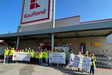 Etwa 40 Verkäuferinnen und Verkäufer des Marktes Kaufland an der Mittweidaer Straße in Burgstädt sowie anderer Verkaufseinrichtungen haben am Montagmorgen für höhere Löhne im Einzelhandel gestreikt.