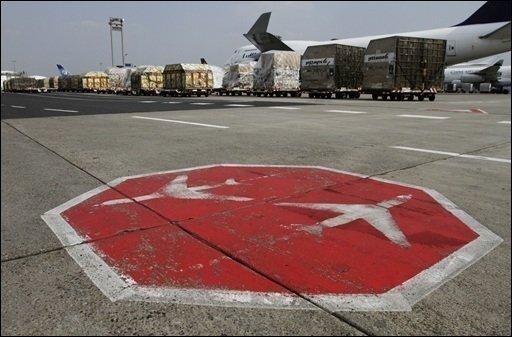 Das grundsätzliche Flugverbot an deutschen Flughäfen bleibt zumindest bis um 20.00 Uhr bestehen. Auf Grundlage von Ausnahmegenehmigungen findet aber ein eingeschränkter Flugbetrieb statt.