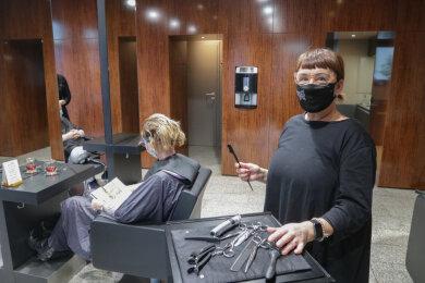 """Friseurmeisterin Heike Resch-Saupe hat umdisponiert und bedient in den beiden verbliebenen Tagen in ihrem Salon """"Harmonie"""" in der Kanzlerstraße auf dem Kaßberg so viele Kunden wie möglich."""