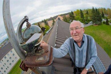Harald Hutschreuther an einem Gerät zur Erfassung der Sonnenscheindauer, das auf dem Dach des Rodewischer Hauses angebracht ist, in dem er wohnte. Das Foto entstand 2017.