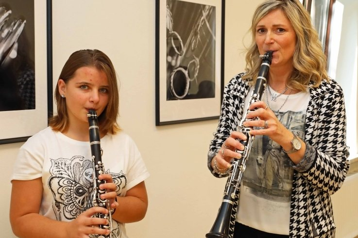 Zum Tag der offenen Tür am Samstag hat Kreismusikschulleiterin Silke Blum unter anderem Lara Oehler aus Königswalde begrüßt.