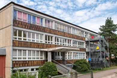 Die Wechselburger Schule ist seit 2018 geschlossen. Im Dachgeschoss des 1982/1983 errichteten Gebäudes ist der Schulhort untergebracht.