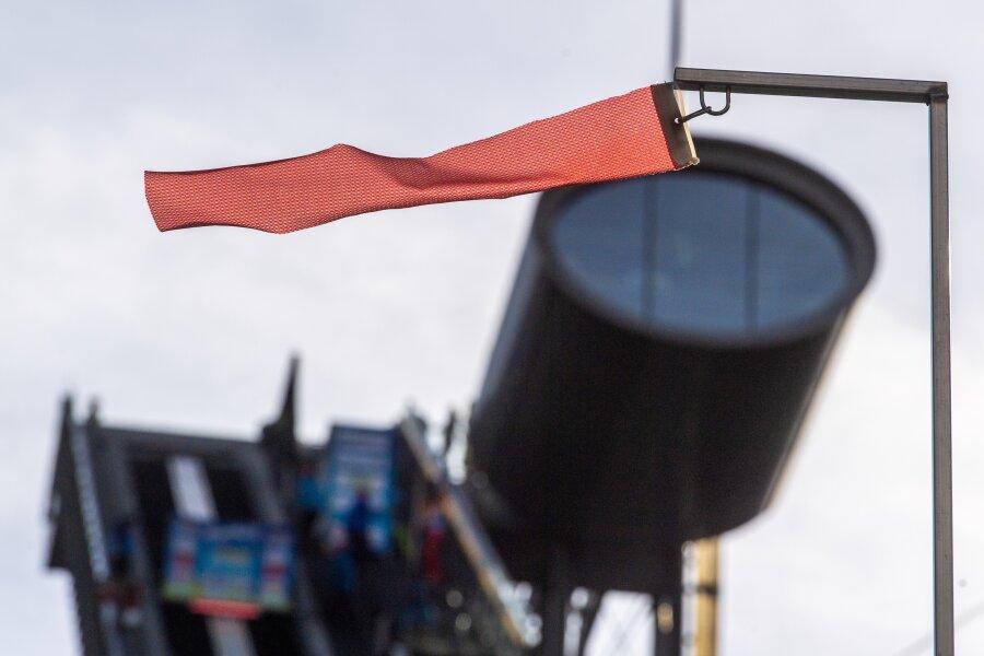 Nervig: Der Wind blies am Mittwoch in der Vogtland-Arena aus allen Richtungen. Beide Wettbewerbe im Sommer-Grand-Prix mussten ausfallen.