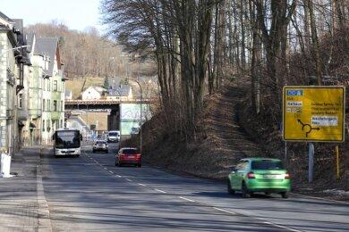 Auf diesem Teil der Straße des 18. März in Schwarzenberg werden ab Montag die Baufahrzeuge stehen und Material für den Bau der neuen Eisenbahnbrücke lagern. Die Sperrung soll bis Ende Oktober dauern.