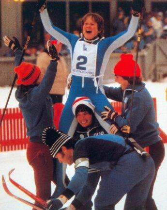 Nationaltrainer Heinz Nestler, damals 42 Jahre alt, nimmt Barbara Petzold im Ziel bei den Olympischen Spielen in Lake Placid 1980 die Ski ab. Marlies Rostock, Carola Anding und Veronika Hesse lassen die damalige Schlussläuferin der DDR-Staffel derweil hochleben. Für Petzold war es das zweite Gold innerhalb von drei Tagen.