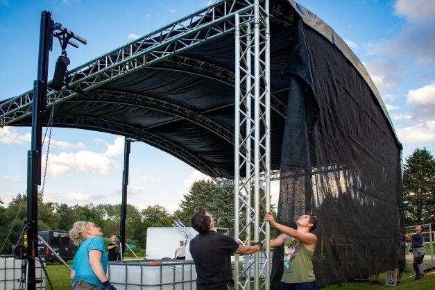 Mitglieder des neuen Oederaner Vereins Dezi-Beat halfen beim Aufbau der Bühne im Erlebnisbad. Auf dieser gibt es am heutigen Samstag Trance und Techno.