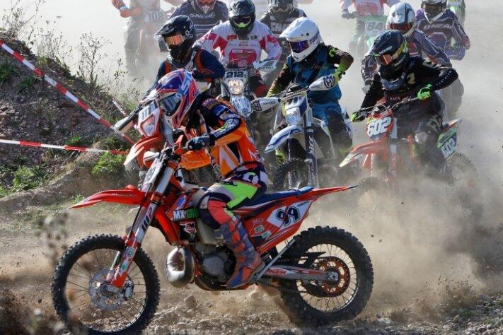 Allein an den Wettbewerben im Motorrad-Biathlon in der Sandgrube in Oberwiera haben sich rund 120 Fahrer beteiligt.
