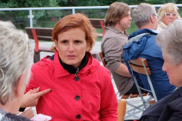 """Katja Kipping unterhält sich kurz vor der Vorstellung ihrer Flugschrift """"Neue linke Mehrheiten"""" im Bistro Walkbeach in Stollberg mit Besucherinnen und Besuchern. Zwei Stunden vorher hatte die Co-Vorsitzende der Partei Die Linke bekanntgegeben, dass sie beim nächsten Bundesparteitag nicht wieder als Parteivorsitzende kandidieren wird."""