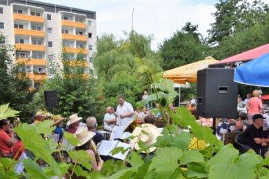 Unter Leitung von Sebastian Zippel musizierten die Original Hirschsteiner Musikanten am Sonntag auf ihrem Vereinsgelände. Kein Platz blieb frei.