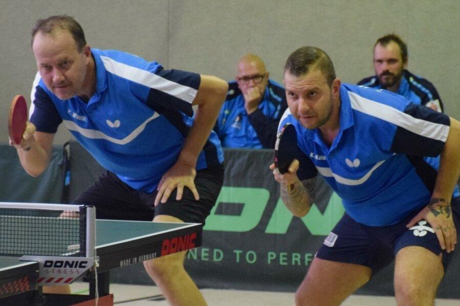 Fokussiert auf den nächsten Ballwechsel wartet das Lugauer Duo Krisztian Katus (l.) und Petr Wasik auf den Aufschlag des Gegners. Gegen das Nordhäuser Duo Wenzel/Tresselt siegten sie mit 3:2.