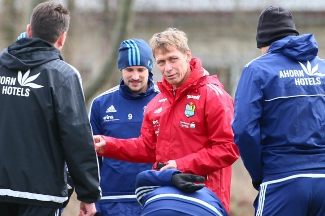 """Sven Köhler im Gespräch mit den Spielern: """"Sie haben gut mitgearbeitet und die Trainingsinhalte umgesetzt"""", sagte der neue CFC-Coach."""