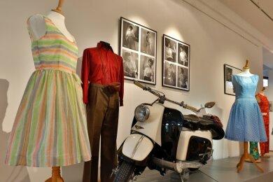 Auch Sommerkleider und ein Berliner Roller, der dem Museum gehört, sind Teil der Sonderschau.