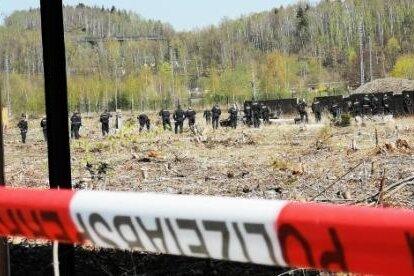 Bereitschaftspolizisten bildeten eine Postenkette und suchten das Gelände des ehemaligen Güterbahnhofs nach Beweismitteln ab.