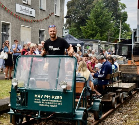 Toni Naumann am alten Oberfrohnaer Bahnhof, der seit 2003 stillgelegt ist, bot zur Veranstaltung Kulturerwachen Draisinefahrten an. Interessenten mussten sich wegen der Nachfrage in Geduld üben.