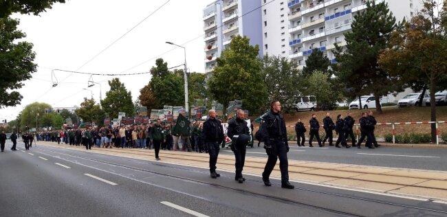 Mehrere hundert Teilnehmer der Demo des Dritten Weges setzen sich in Bewegung. 50 waren angemeldet. Die Polizei nennt keine offiziellen Teilnehmerzahlen.