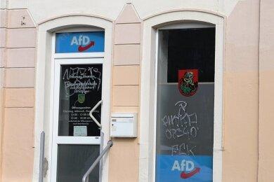 Zwei der beschmierten Scheiben des AfD-Parteibüros an der Grünhainer Straße in Schwarzenberg.