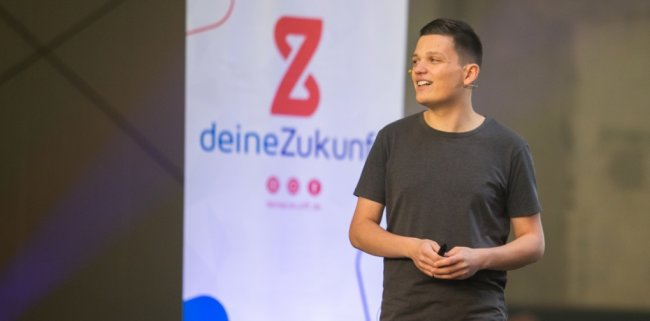 """Mit einem Knall wollte Patrick Schmidl seine Idee """"www.deinezukunft.de"""" nach außen tragen. Dafür organisierte er jüngst eine Liveübertragung, in der er das Projekt vorstellte. Daneben gab es unter anderem auch eine Podiumsdiskussion mit Unternehmen und Jugendlichen."""