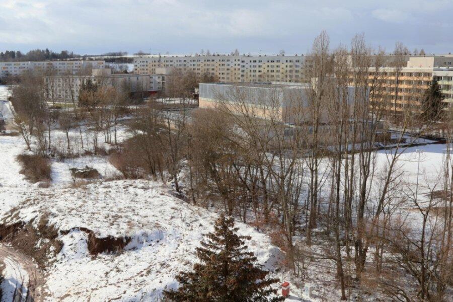 Die Neuplanitzer Sporthalle liegt verträumt im Schnee. Wenn der An- und Neubau nicht bald auf den Weg gebracht wird, kann kein Bundesliga-Handball mehr in Zwickau stattfinden.