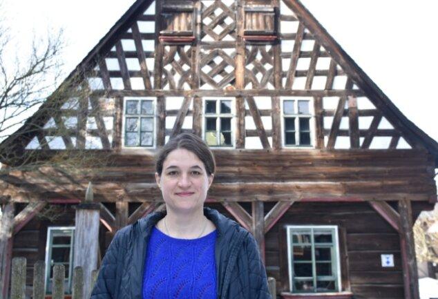 Seit April 2019 leitete Uta Karrer das Vogtländische Freilichtmuseum Landwüst/Eubabrunn - hier vor dem Schmuckgiebel des Ursprungshauses in Landwüst. Jetzt verlässt sie die Einrichtung in Richtung Franken.
