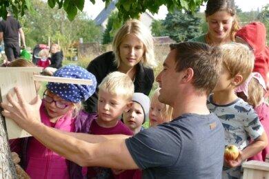 Zusammen mit den Kindern befestigte Bürgermeister Robert Arnold mehrere Nistkästen auf dem Gelände der Streuobstwiese.