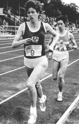 1987: Kathrin Ullrich wird im Berliner Dynamo-Trikot DDR-Meisterin über 10.000 Meter.