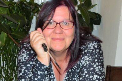 Jessica Weber schreibt nicht nur Drachengeschichten. Sie ist auch Motivtortengestalterin und ließ es sich nicht nehmen, eine Drachentorte mit zur Lesung nach Reichenbach zu bringen.