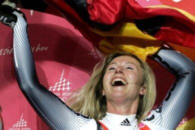 Sylke Otto jubelt nach ihrem Olympiasieg 2006 in Turin. Die Ausnahmerodlerin war außerdem viermal Welt- und dreimal Europameisterin, erkämpfte 37 Triumphe im Weltcup sowie drei Gesamterfolge.