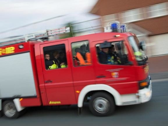 Wie die Polizei am Sonntag mitteilte, brachen in den frühen Morgenstunden im OrtsteilMarkersdorfaus bislang unbekannten Gründen innerhalb von rund 45 Minuten Feuer an einem Lkw, einem Pkw sowie einem Motorrad aus.
