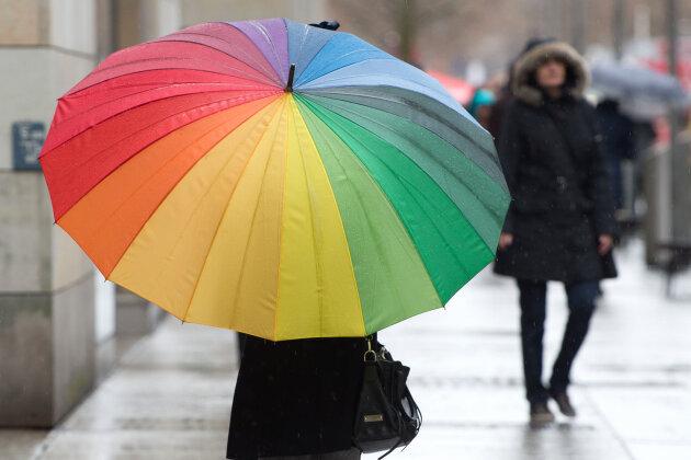 Fußgänger - wie hier in Dresden - sollten zu Silvester und am Neujahrstag Regenschirme dabei haben.