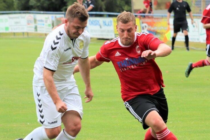 Mit Engagement an neue Aufgaben: Die Kicker von Fortuna Langenau, hier Christopher Martin (r.) gegen Concordia Schneeberg, bereiten sich derzeit intensiv auf die erste Landesklasse-Saison vor.