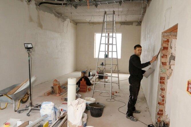 Im ehemaligen Sterilisationsbereich entsteht ein Werk- und Töpferraum. Hier kümmert sich Sebastian Herrmann um Putzerarbeiten.