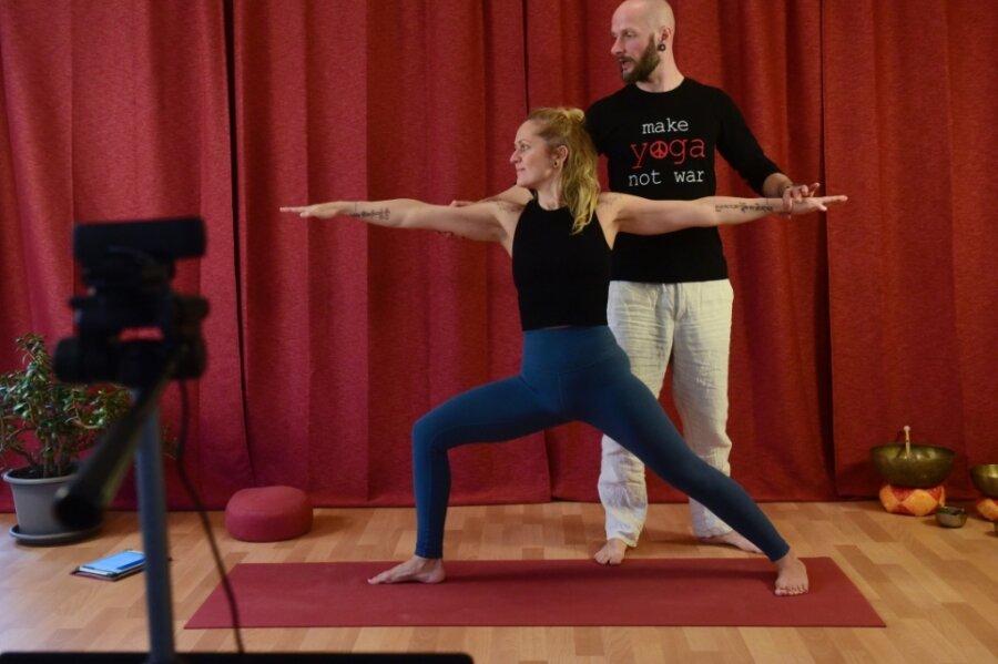 Jana und René Schliwinski im Übungsraum ihres Studios Yoga Yantra. Seit dem ersten Lockdown bieten die beiden Kurse im Internet an.