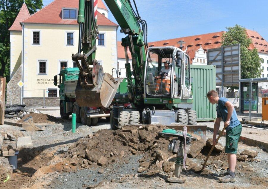 Baustelle Wallstraße in Freiberg: Mitarbeiter der Firma LSTW Roberto Juricka und Florian Wunderlich (r.) bei der Abraumberäumung .