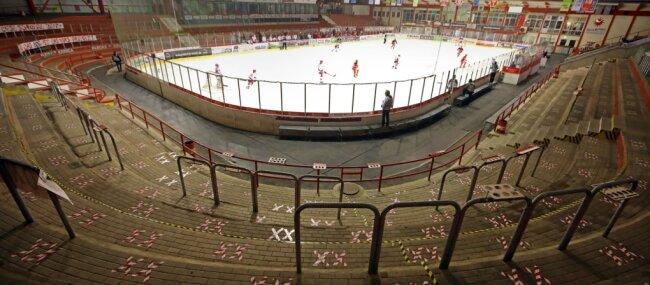 Gähnende Leere statt feiernde Fans: Die Heimspiele der Eispiraten finden momentan ohne Zuschauer statt.