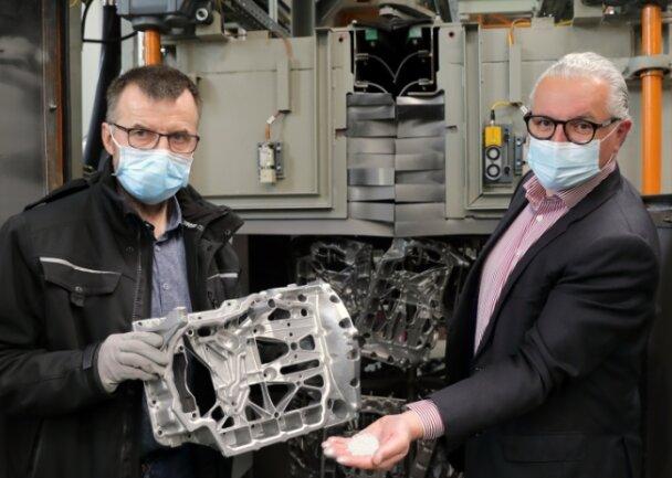"""Joachim Reuter, Werkleiter aus Annaberg-Buchholz (l.), und Peter C. Weilguni, Geschäftsführer des Elektromotorenwerks in Grünhain, erklären die Funktionsweise der """"wiederbelebten"""" Strahlanlage."""