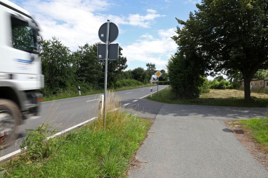 Weil der Radweg am Ortsausgang Gersdorf abrupt endet, müssen die Radfahrer Richtung Lugau auf die Bundesstraße wechseln.